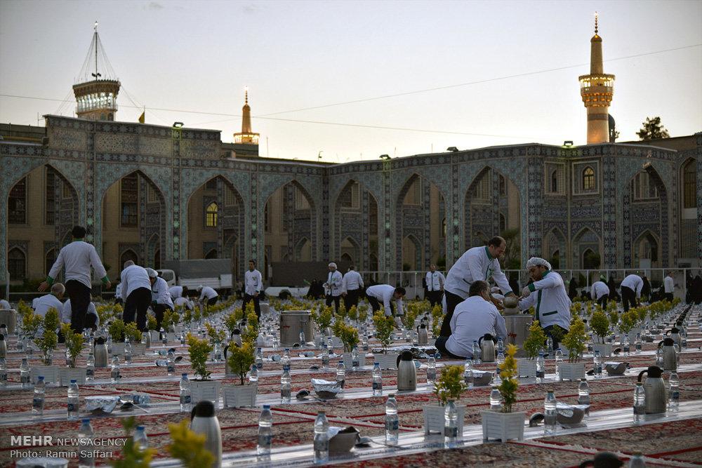 Voluntarios preparando los servicios de comida para Iftar en el Santuario del Imam Rida